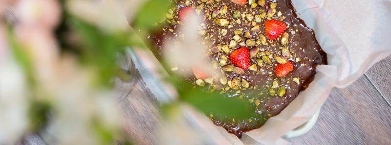 Chocolade Brownie met pistache en aardbeien | www.deedylicious.nl