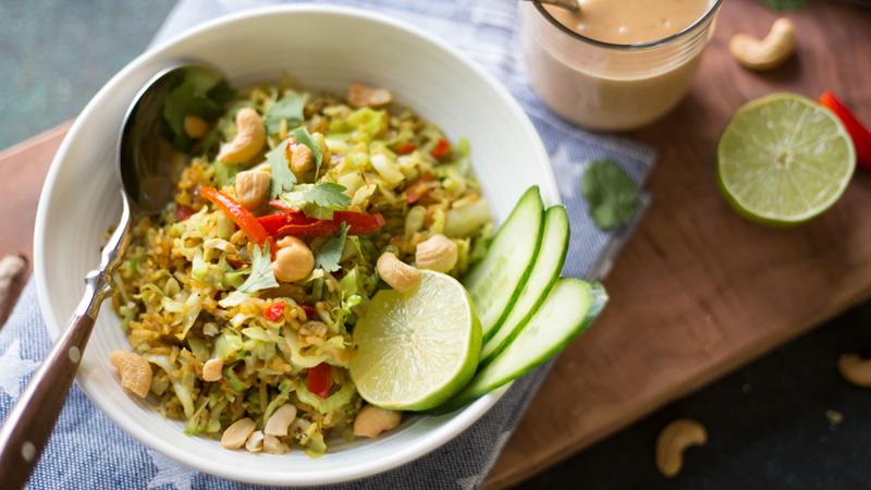 Gebakken rijst met spitskool en pinda-kokossaus