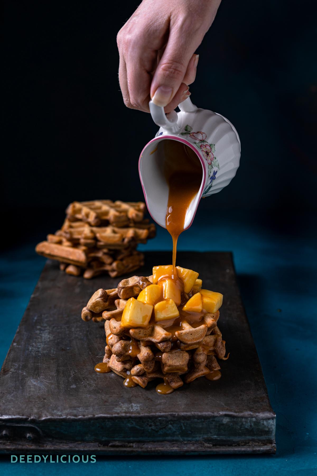 Pumpkin Spice wafels met karamel appeltjes - top | www.deedylicious.nl